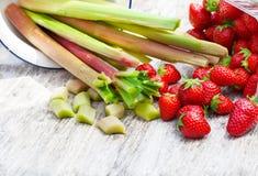 Aardbeien en rabarber Stock Foto's