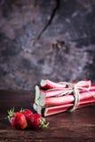 Aardbeien en rabarber op houten achtergrond Stock Foto