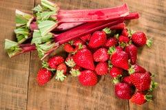 Aardbeien en rabarber voor gelei royalty-vrije stock fotografie