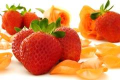 Aardbeien en rozen stock afbeeldingen