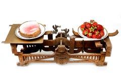 Aardbeien en vette ham op verschillende koppen uitstekende schalen Stock Afbeeldingen