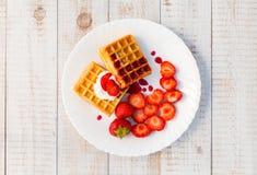 Aardbeien en wafeltje stock fotografie