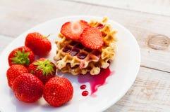 Aardbeien en wafeltje stock foto's