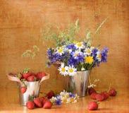 Aardbeien en wilde bloemen Stock Afbeeldingen