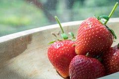 Aardbeien in houten kom Stock Foto