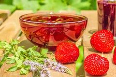 Aardbeien, jam, sap op de lijst in de tuin Royalty-vrije Stock Fotografie