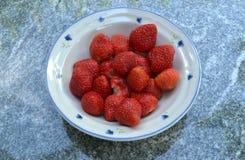 Aardbeien in kom Stock Afbeelding