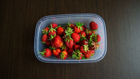 Aardbeien in kom op lijst Stock Afbeelding