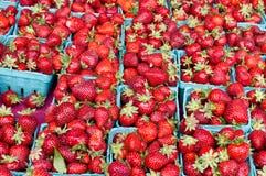 Aardbeien in manden Royalty-vrije Stock Afbeeldingen