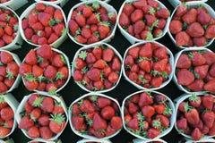 Aardbeien in manden Royalty-vrije Stock Fotografie