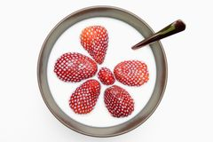 Aardbeien in melk Stock Foto