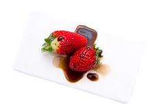 Aardbeien met balsemieke hierboven azijn van Stock Foto