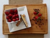 Aardbeien met biscotti en chocoladeschilfers Stock Fotografie