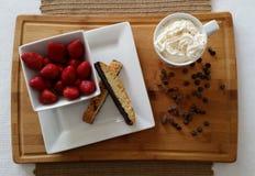 Aardbeien met biscotti, hete chocolade en chocoladeschilfers Royalty-vrije Stock Afbeelding