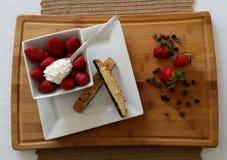Aardbeien met biscotti, slagroom en chocoladeschilfers Royalty-vrije Stock Foto's