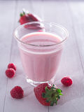 Aardbeien met melk Stock Fotografie