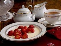 Aardbeien met room en thee. Royalty-vrije Stock Afbeeldingen