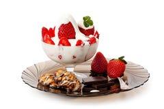 Aardbeien met room, koekjes en chocolade Royalty-vrije Stock Foto