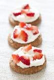 Aardbeien met slagroom royalty-vrije stock afbeeldingen