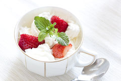 Aardbeien met slagroom royalty-vrije stock afbeelding