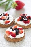 Aardbeien met slagroom en cholocate stock foto's