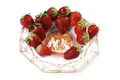 Aardbeien op antieke porseleinplaat op een isol Royalty-vrije Stock Afbeeldingen