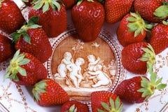 Aardbeien op antieke porseleinplaat op geïsoleerd Stock Foto