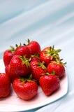 Aardbeien op blauw Stock Fotografie