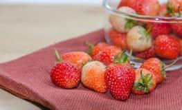 aardbeien op de stof Stock Foto's