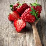 Aardbeien op doorstaan hout Royalty-vrije Stock Fotografie