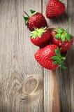 Aardbeien op doorstaan hout Stock Foto's