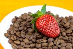 Aardbeien op een achtergrond van koffiebonen Royalty-vrije Stock Afbeeldingen
