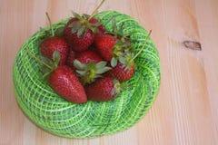 Aardbeien op een licht close-up als achtergrond Stock Afbeelding