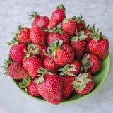 Aardbeien op een plaat Stock Foto's
