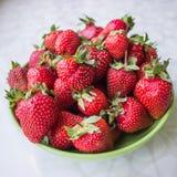 Aardbeien op een plaat Stock Afbeeldingen