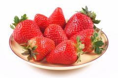 Aardbeien op een plaat en op een witte achtergrond Stock Foto's