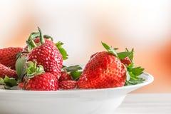Aardbeien op een witte plaat stock afbeelding