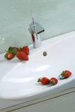 Aardbeien op gootsteen Stock Foto's