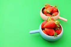 Aardbeien op groene achtergrond Stock Fotografie