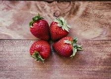 Aardbeien op hout stock fotografie