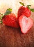 Aardbeien op hout Royalty-vrije Stock Afbeeldingen