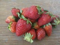 Aardbeien op hout Royalty-vrije Stock Foto's