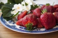Aardbeien op hout Royalty-vrije Stock Foto