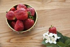 Aardbeien op hout Royalty-vrije Stock Afbeelding