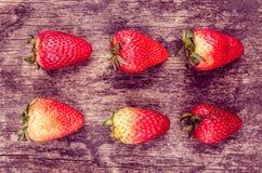 Aardbeien op hout die vorm vormen Stock Fotografie