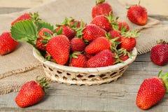 Aardbeien op houten lijst Stock Foto's