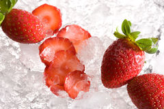 Aardbeien op ijs Stock Foto's