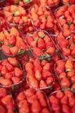 Aardbeien op landbouwersmarkt in Parijs, Frankrijk Royalty-vrije Stock Afbeeldingen