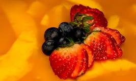 Aardbeien op Mangocake Royalty-vrije Stock Afbeeldingen