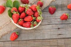 Aardbeien op natuurlijke achtergrond Stock Afbeeldingen